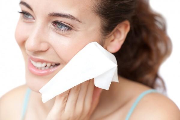 Dùng khăn giấy ướt lau mặt đúng cách