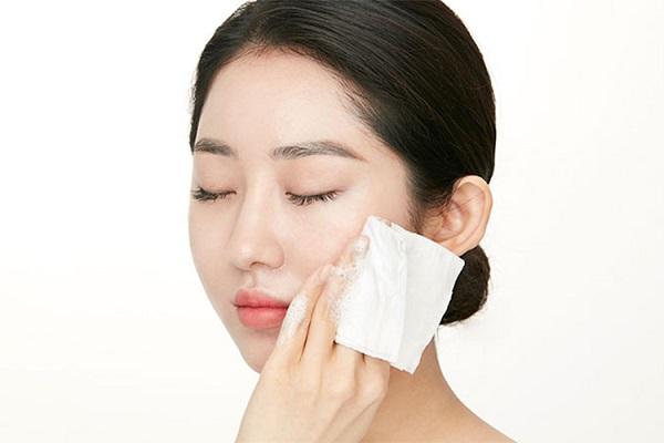 Dùng khăn giấy ướt lau mặt là thói quen của nhiều người