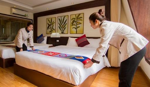Khăn trải giường khách sạn với hoa văn nổi bật
