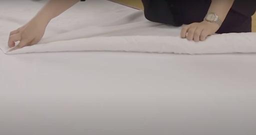 Dùng tay giữ và cuốn hai bên mép khăn vào giữa