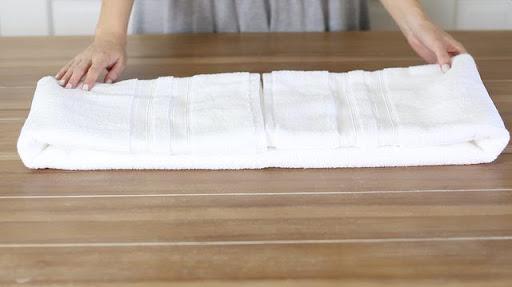 cách gấp khăn tắm trong khách sạn