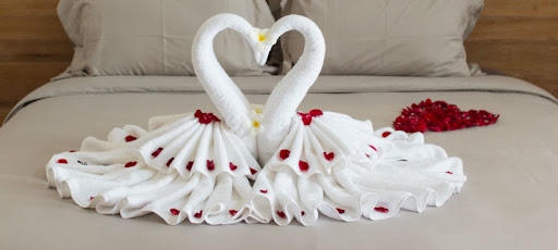 Gấp khăn tắm thiên nga tạo sự lãng mạn cho không gian